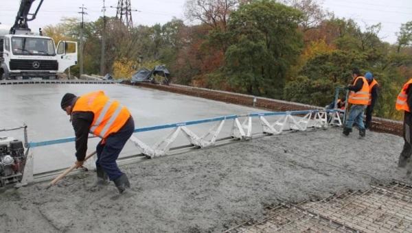 заливка бетона на мосту